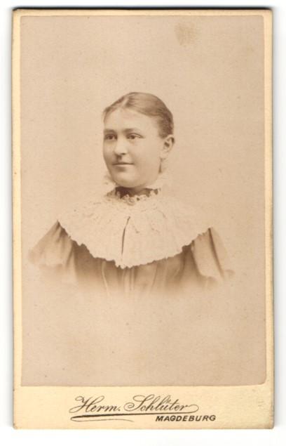 Fotografie Herm Schlüter, Magdeburg, Portrait Mädchen mit zusammengebundenem Haar