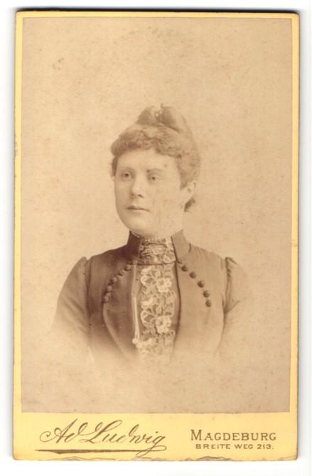 Fotografie Ad. Ludwig, Magdeburg, Portrait junge Frau mit zusammengebundenem Haar