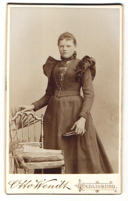 Fotografie Otto Wendt, Quedlinburg, Portrait Fräulein in festlichem Kleid