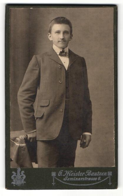 Fotografie O. Meister, Bautzen, Portrait junger Herr in Anzug