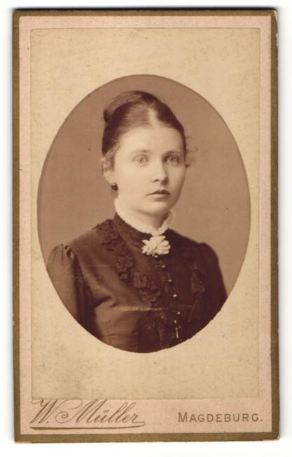 Fotografie W. Müller, Magdeburg, Portrait Fräulein mit zeitgenöss. Frisur