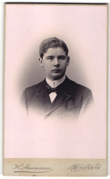 Fotografie H. Arnemann, Münster i/W, Portrait junger Herr in Anzug