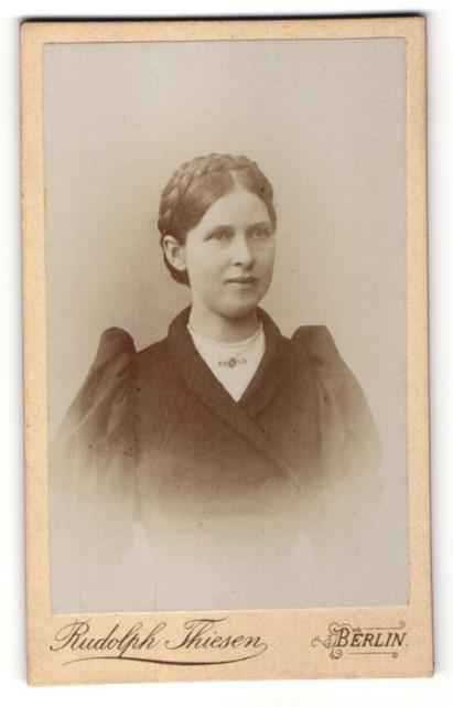 Fotografie Rudolph Thiesen, Berlin, Portrait junge Frau mit geflochtenem Haar