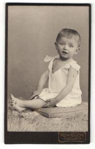 Fotografie Herm. Koczyk, Oschatz, Portrait Kleinkind in Leibchen