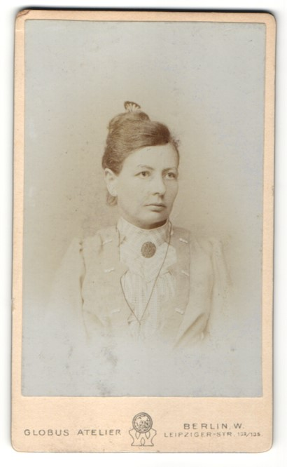 Fotografie Globus Atelier, Berlin-W, Portrait junge Frau mit zeitgenöss. Frisur