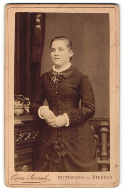 Fotografie Oscar Strensch, Wittenberg & Jüterbog, Portrait junge Frau mit zusammengebundenem Haar
