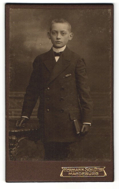 Fotografie Hermann Schlüter, Magdeburg, Portrait Knabe in feierlicher Kleidung
