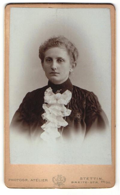 Fotografie Phot. Atelier, Stettin, Portrait junge Frau mit zeitgenöss. Frisur