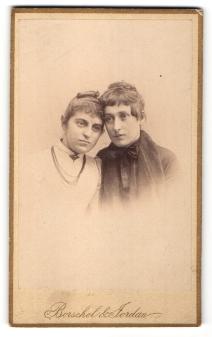Fotografie Borschel & Jordan, Dortmund, Portrait zwei junge Frauen Kopf an Kopf