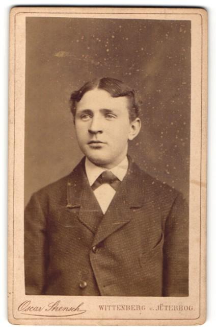 Fotografie Oscar Strensch, Wittenberg & Jüterbog, Portrait halbwüchsiger Knabe mit Mittelscheitel