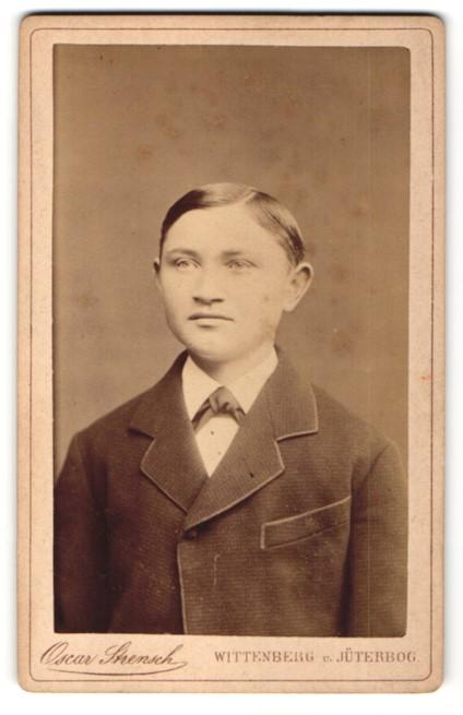 Fotografie Oscar Strensch, Wittenberg & Jüterbog, Portrait Bub in festlicher Kleidung