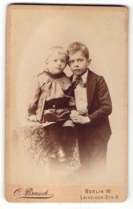 Fotografie C. Brasch, Berlin-W, Portrait Kleinkind und grosser Bruder