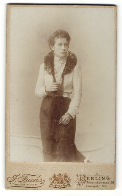Fotografie J. Fuchs, Berlin, Portrait junge Frau in eleganter Mode