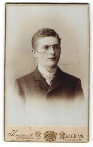 Fotografie Samson & So., Halle a/S, Portrait junger Mann mit Zwicker
