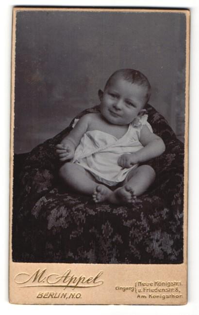 Fotografie M. Appel, Berlin-NO, Portrait Säugling in Leibchen
