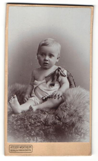 Fotografie Atelier Wertheim, Berlin, Portrait Kleinkind in Leibchen