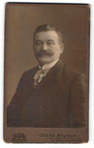 Fotografie Georg Maurer, Halle / Saale, Portrait Edelmann mit Schnauzbart