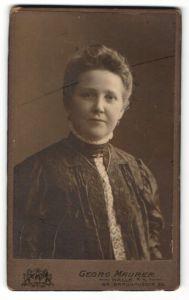 Fotografie Georg Maurer, Halle / Saale, Portrait Hausfrau mit Halskette