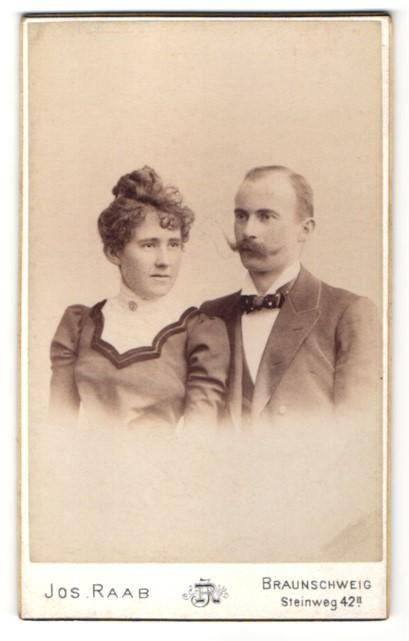 Fotografie Jos. Raab, Braunschweig, Paar trägt feinen Zwirn im Atelier
