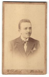 Fotografie R. Dittrich, Frankenberg, Portrait junger Mann mit Bürstenhaarschnitt