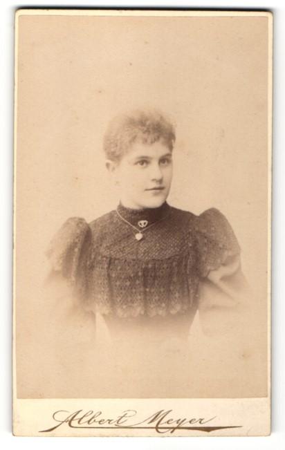 Fotografie Albert Meyer, Berlin-C, Portrait junge Frau mit zusammengebundenem Haar