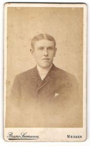 Fotografie Bruno Saemann, Meissen, Portrait junger Herr mit Mittelscheitel