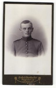 Fotografie Drabe & Sternbacher, Augsburg, Portrait junger Soldat in Uniform