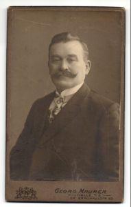 Fotografie Georg Maurer, Halle a/S, Portrait Herr mit Oberlippenbart