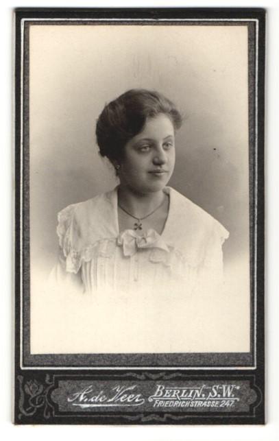 Fotografie A. de Veer, Berlin, Portrait charmant lächelndes Fräulein mit hübscher Halskette in eleganter Rüschenbluse