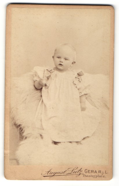Fotografie August Lutz, Gera, zuckersüsses blondes Mädchen im wunderschönen Kleid mit Schleifen