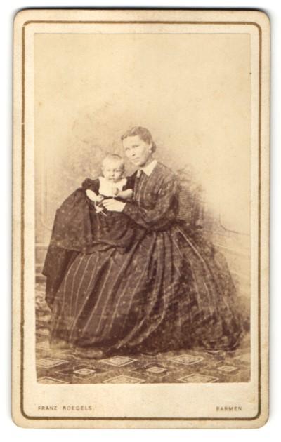 Fotografie Franz Roegels, Barmen, hübsche junge Mutter im prachtvollen Kleid mit bezaubernd süssem Baby