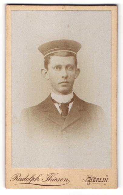 Fotografie Rudolph Thiesen, Portrait junger Herr mit Schirmmütze