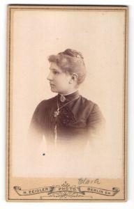Fotografie H. Zeidler, Berlin-SW, Profilportrait Fräulein mit Haarknoten