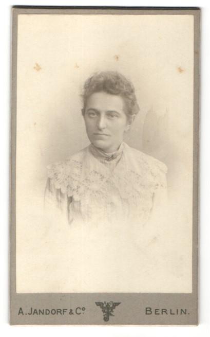 Fotografie A. Jandorf & Co., Berlin, Portrait junge Dame mit zusammengebundenem Haar