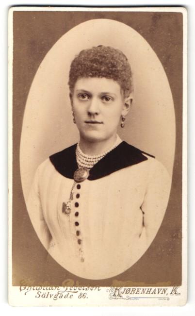 Fotografie Christian Pedersen, Kjobenhavn, Portrait junge Frau mit lockigem Haar
