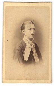 Fotografie Fotograf und Ort unbekannt, Portrait junge Dame mit Halstuch
