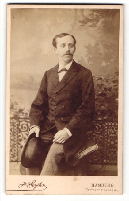 Fotografie H. Heyden, Hamburg, Edelmann im Anzug mit Hut - Melone
