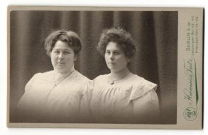 Fotografie Hermann Tietz, Berlin-SW, Portrait zwei junge Frauen mit zeitgenöss. Frisuren