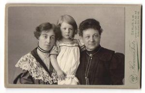 Fotografie Hermann Tietz, Berlin-SW, Portrait Grossmutter, Tochter, Enkelin