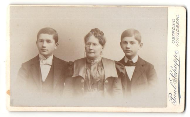 Fotografie Paul Schuppe, Ostrowo & Schildberg, Portrait Frau und zwei Knaben in Anzügen