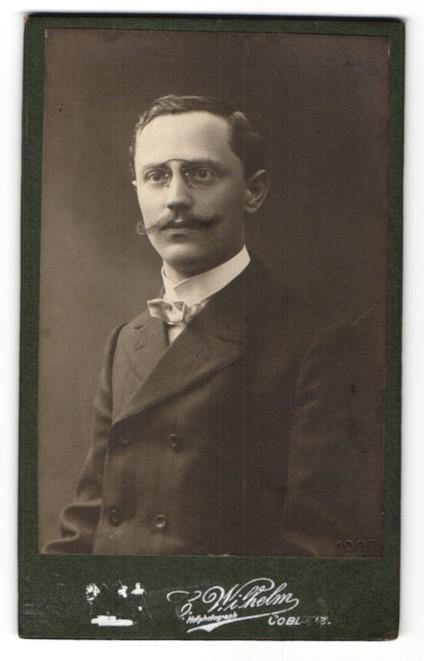 Fotografie C. Wilhelm, Coblenz, Portrait Portrait bürgerlicher junger Herr mit Zwicker