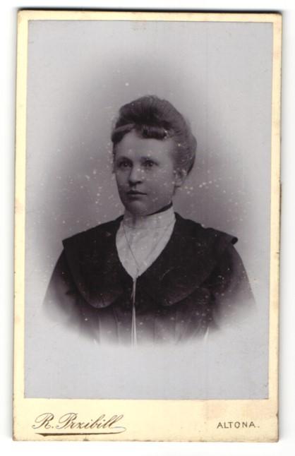 Fotografie R. Przibill, Hamburg-Altona, Portrait junge Dame mit zeitgenöss. Frisur