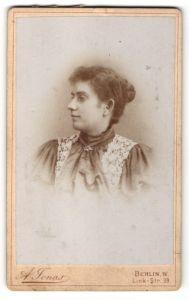 Fotografie A. Jonas, Berlin-W, Profilportrait junge Frau mit Haarknoten