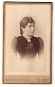 Fotografie Joh. Steph. Schroeder, Annaberg i/S & Darmstadt, Portrait junge Frau mit zeitgenöss. Frisur