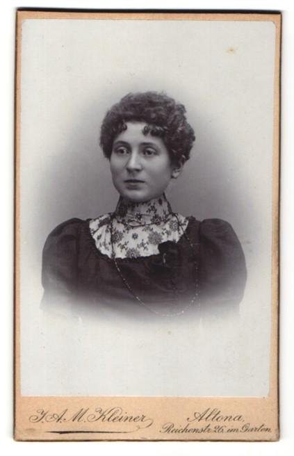 Fotografie J. A. M. Kleiner, Hamburg-Altona, Portrait Dame mit zeitgenöss. Frisur