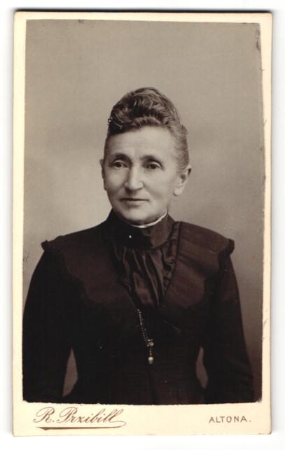 Fotografie R. Przibill, Hamburg-Altona, Portrait betagte Dame mit Hochsteckfrisur