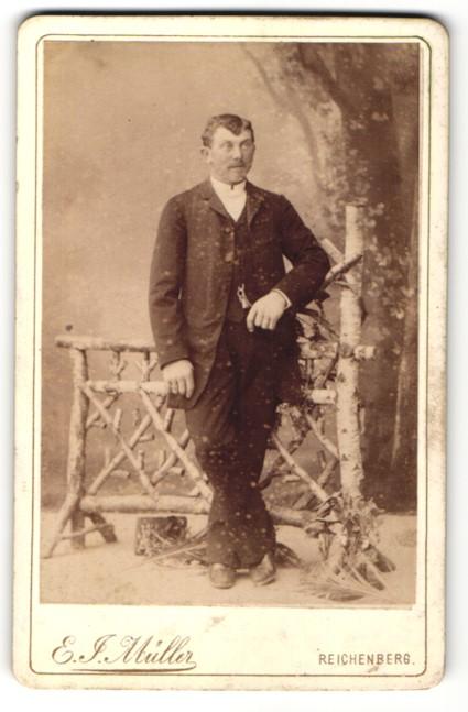 Fotografie E. J. Müller, Reichenberg, Portrait Mann in zeitgenöss. Kleidung