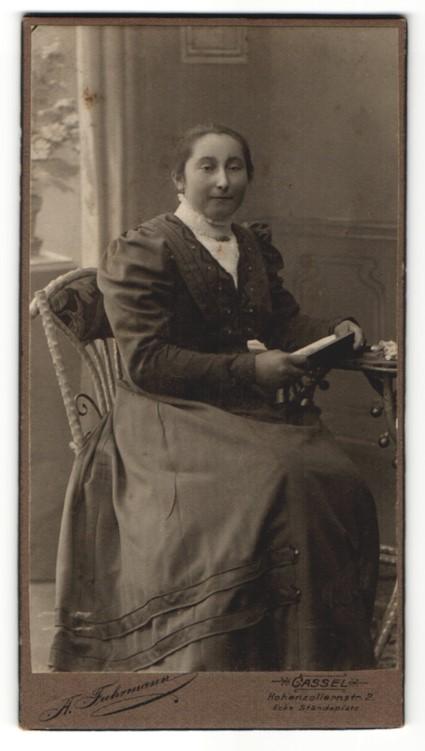 Fotografie A. Fuhrmann, Cassel, Portrait Frau in zeitgenöss. Garderobe