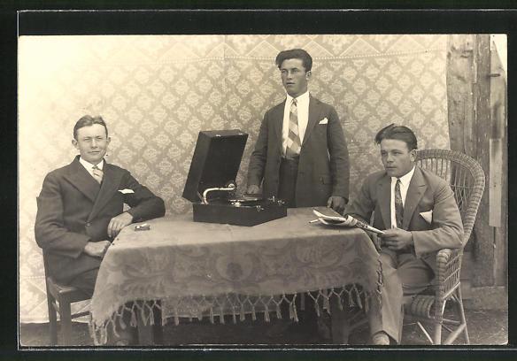 Foto-AK Drei Männer in Anzügen um ein Grammophon