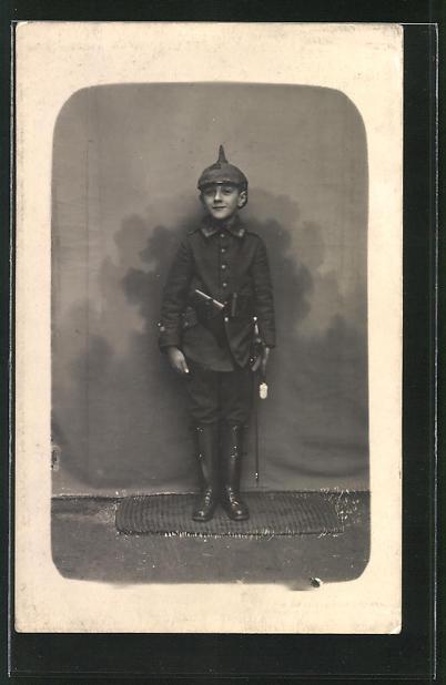 Foto-AK Knabe in Uniform mit Pickelhaube, Kinder Kriegspropaganda
